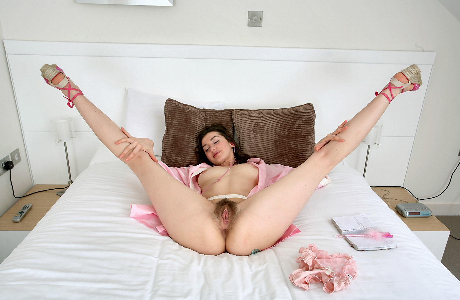 Фото женщина с волосатыми ногами ласкает письку 4 фотография