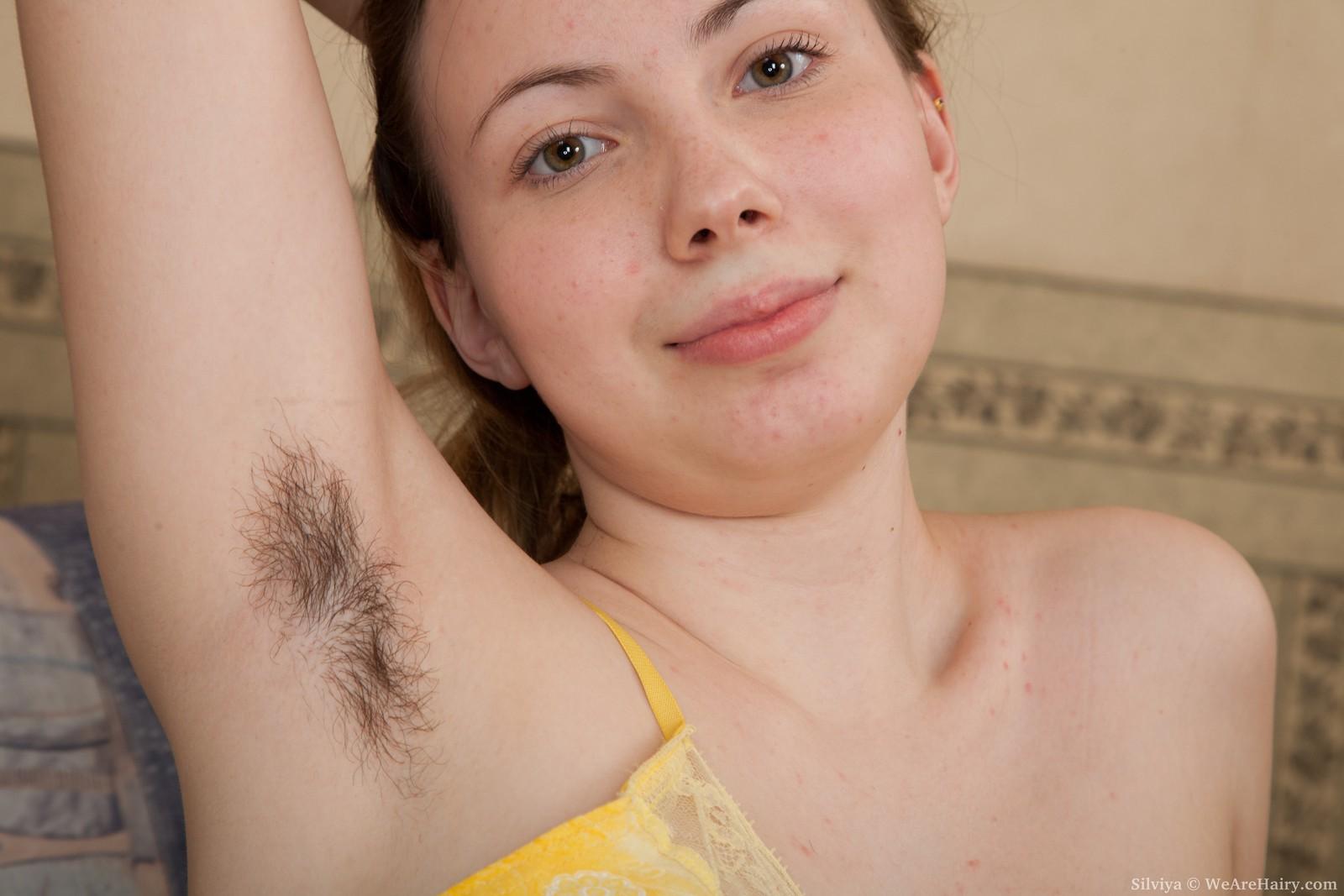 Фото пробиваются волосики, Волосы торчат из под купальника Случайное фото 4 фотография